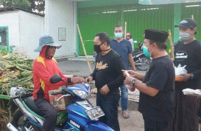 Wabup Yoyok Mulyadi saat membagikan takjil kepada para pengendara sepeda motor.(foto:fat)
