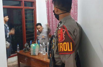 Petugas Sabhara Polres Situbondo, melakukan patroli untuk menjaga Kamtibmas di Kabupaten Situbondo, Selasa  (19/5/2020) malam. (foto:fat)