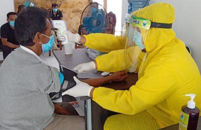 Pelaksanaan rapid test di tempat karantina Gugus Tugas Covid 19 Situbondo. (foto:fat)