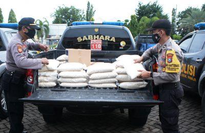 Kapolres AKBP Sugandi didampingi Kepala Dispar Tutik Margiyanti, saat membagikan secara simbolis paket sembako kepada anggota Bhabinkamtibmas. (foto:fat)
