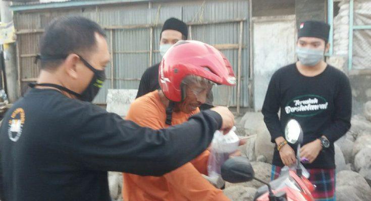 Wabup Situbondo Yoyok Mulyadi, membagikan takjil dan masker kepada para pengendara sepeda motor. (foto:fat)