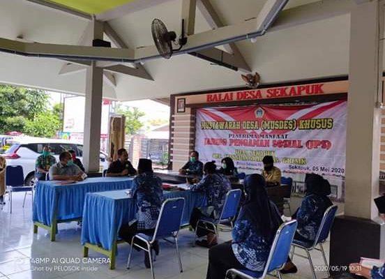 Kasi Intel Kejari Gresik bersama TNI-Polri turun tangan menyelesaikan persoalan bansos dampak Covid-19. (foto:dik)