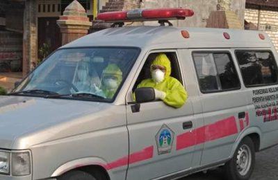 Petugas saat membawa pasien positif Covid-19 ke rumah sakit. (foto:dik)