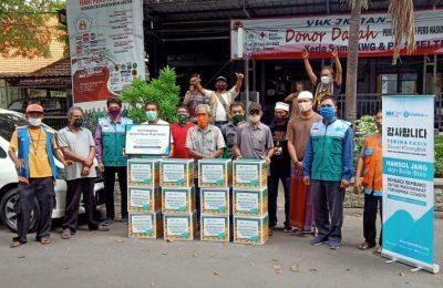 Pengurus Zakatkita bersama KWG (Komunitas Wartawan Gresik) membagikan bingkisan lebaran untuk PKL dan pekerja harian lepas. (foto:dik)