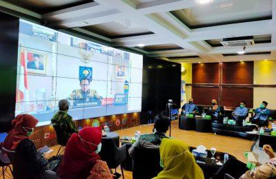 Wali Kota Pontianak, Edi Kamtono mengikuti video conference dengan Menteri Dalam Negeri terkait Lomba Inovasi Daerah dalam penyiapan tatanan normal baru produktif dan aman Covid-19 di Ruang Pontive Center, Jumat (29/5/2020). (foto:das)