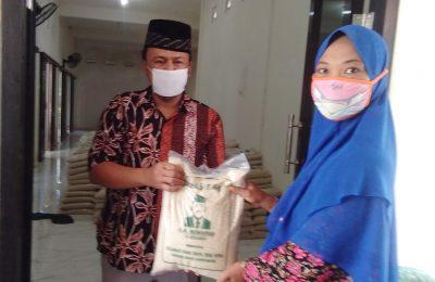 Kades Melirang Bungah KH. Muhammad Muwaffaq bagikan beras ke warganya dari hasil jualan mobil.