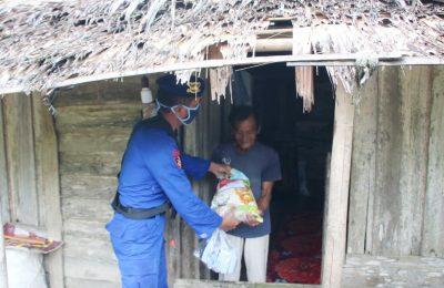 Polairud Polda Kalbar bagikan sembako ke warga di pesisir sungai Kapuas. (foto:das)