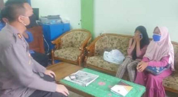 Khusnul Khatimah bersama anaknya Husna Faiqoh saat berbincang dengan Kapolres Gresik. (foto.dik)