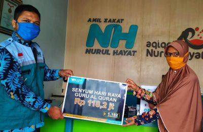 NH Zakatkita saat menyerahkan bantuan Program Senyum Hari Raya Untuk Guru Al-Qur'an. (foto. dik)