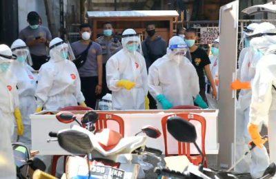 Timsus pemulasaran Polda Metro Jaya saat melakukan pemulasaran jenazah Covid 19 di hari kedua lebaran. (foto.zis)