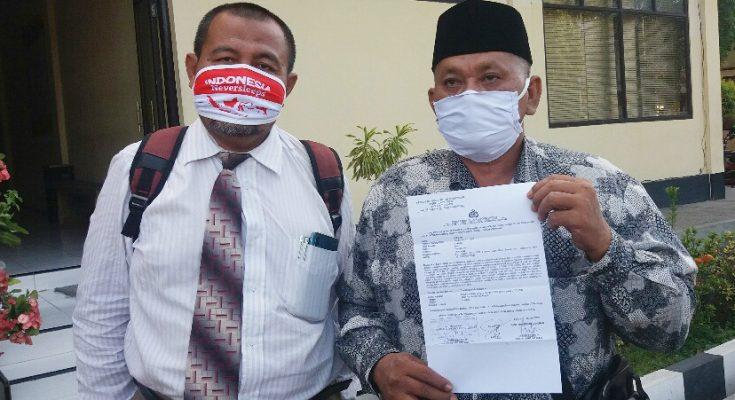 Fadlan selaku Kepala Desa (Kades) Jetis, didampingi Supriyono selaku kuasa hukumnya, saat melaporkan ke Mapolres Situbondo. (foto:fat)