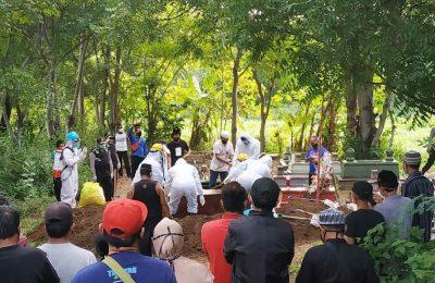 Proses pemakaman ibu Rumah Tangga di TPU Desa Sumberkolak, Kecamatan Panarukan, Situbondo.