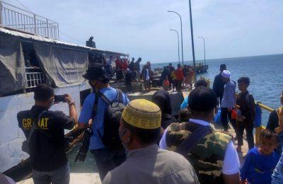 Para santri saat tiba di pelabuhan penyeberangan jangkar. (foto:fat)