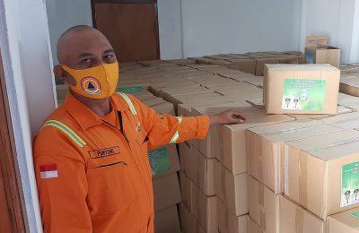 Petugas BPBD Situbondo, saat menunjukan sisa disinfektan dan logistik di gudang BPBD Situbondo. (foto:fat)