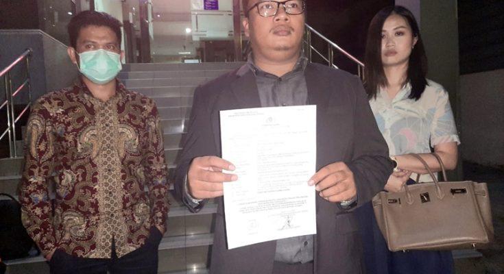 Hamdani, SH dari kantor LQ Indonesia Lawfirm menunjukkan laporan polisi terkait kasus investasi di Fikasa Group yang diduga merugikan nasabahnya Rp 67miliar. Kasus ini dilaporkan ke Polda Metro Jaya, Selasa (16/6/2020). (Tjg)