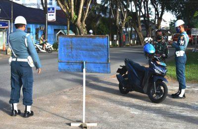 Pomal Lantamal XII, melaksanakan Operasi Penegakkan dan Ketertiban Waspada Wira Pari  Triwulan II  tahun 2020, terhadap seluruh Prajurit dan PNS Lantamal XII, di jalan Komyos Sudarso, tepatnya di Depan Mako Lantamal XII Jeruju, Rabu ( 3/6/2020). (foto:das)