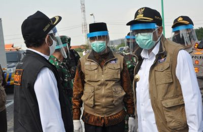 Komandan Satgas Covid-19 Gresik, Bupati Sambari Halim Radianto bersama Wabup Qosim dan Forpimda berikhtiar keras memutus mata rantai penyebaran virus corona. (Foto:dik)