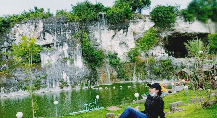 Briani Asta Rina, pemandu wisata ternama kaliber Nasional saat berada di wahana wisata Setigi Gresik. (foto:dik)