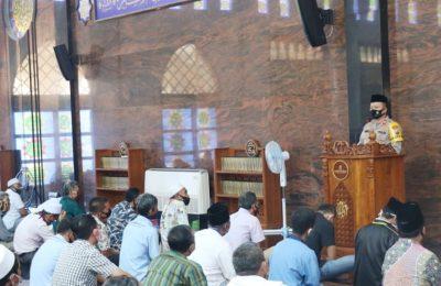 Kapolres Gresik saat berada di MasjidMasjid Akbar Moed Har Arifin PT Polowijo Gosari. (foto:dik)