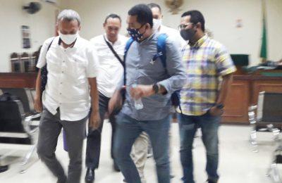 Para terdakwa (pakaian putih dan pimpinan Jasindo) keluar dari ruang Sidang Pengadilan Tipikor Pontianak. (foto:das)