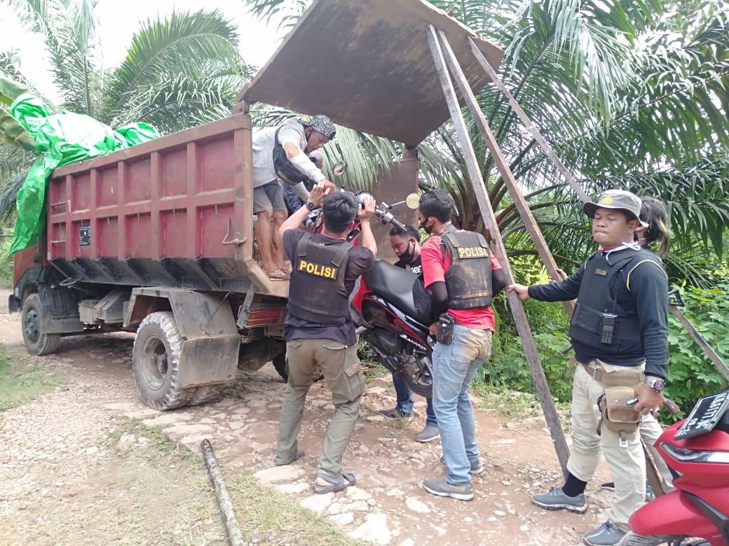 Polisi mengangkut barang bukti