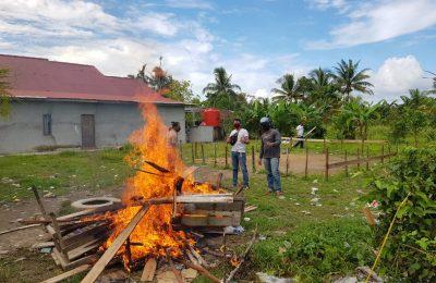 Polisi menggerebek dan membakar lokasi arena sabung ayam di wilayah hukum Polres Kubu Raya (foto istimewa)