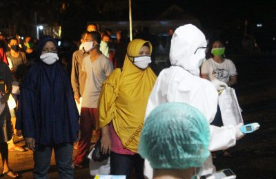 PMI B yang baru tiba dari Malaysia dikuatirkan terpapar virus Covid 19, sehingga pemeriksaan ketat dilakukan agar tak ada kasus penularan Corona gelombang kedua. selain mengelar rapid test, juga pemeriksaan suhu tubuh dan swab. (foto:das)