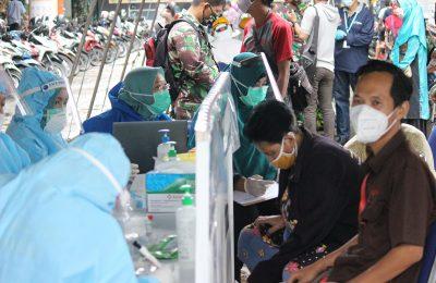 Lantamal  XII Pontianak, Jumat (5/6/2020)  kembali mengelar rapid test serta pemberian masker gratis kepada pengunjung dan pedagang di Pasar Teratai. (foto:das)