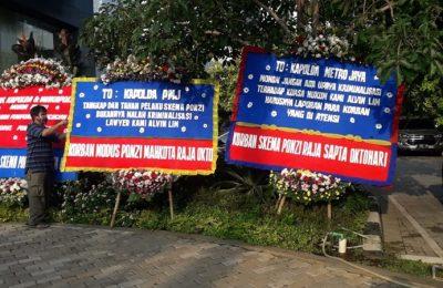 Karangan bunga yang dikirim para nasabah investasi PT MPIP dan PT MPIS ke Polda Metro Jaya pada Senin (8/6/2020). (Ist)