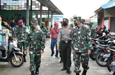 Komandan Lantamal XII Pontianak, Laksmana Pertama TNI Agus Hariadi beserta jajaran melakukan monitoring pelaksanaan rapid test di Pasar Belimbing. (foto:das)