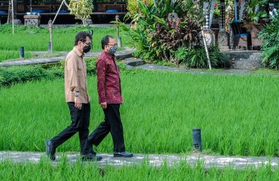 Gubernur Bali I Wayan Koster saat mendampingi Menteri Pariwisata dan Ekonomi Kreatif (Menparekraf) Wishnutama Kusubandio di Restoran Bebek Tepi Sawah, Ubud, Gianyar, Rabu (17/6/2020). (Ist)