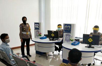 Kasatlantas Polres Situbondo AKP Indah Citra Fitriani, saat memantau langsung pelayanan SIM. (foto:fat)