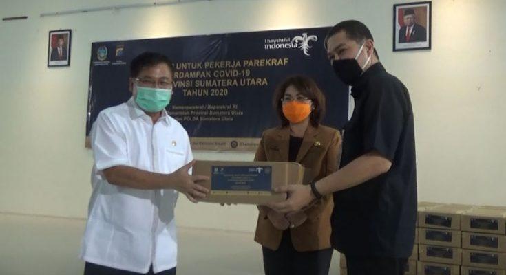 Pra pendistribusian bantuan secara simbolis diserahkan kepada perwakilan asosiasi pariwisata di Sumut oleh Direktur Politeknik Pariwisata Medan, Anwari Masatip sebagai perwakilan dari Kemenparekraf. (foto. dik)