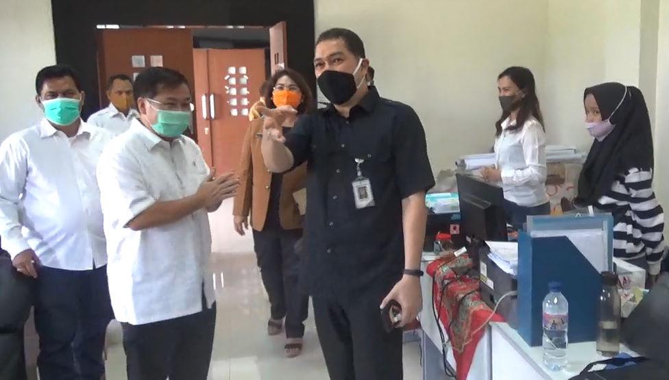 Meninjau aktifitas persiapan penyaluran bantuan di ruang sekretariat auditorium Poltekpar Medan. (foto.dik).
