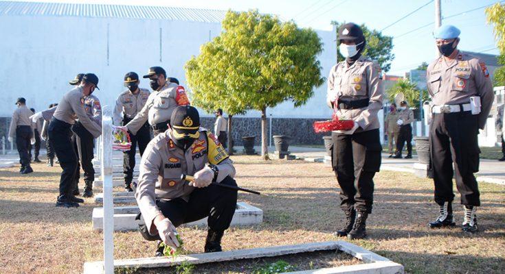 Kapolres Situbondo AKBP Sugandi, saat nyekar di TMP Kota Situbondo. (foto:fat)