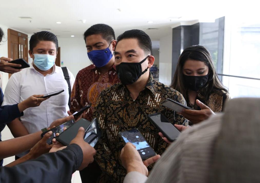 dirut pt kcn widodo setiadi menjawab pertanyaan sejumlah wartawan usai sidang.
