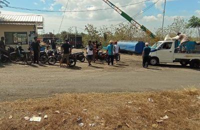 puluhan warga Blibis Sliwung melakukan demo terhadap salah satu perusahaan aspal di Desa Sliwung. (foto:fat)