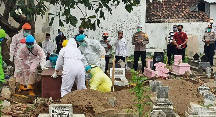 Kapolres AKBP Sugandi langsung pimpin proses pemakaman In yang berstatus sebagai PDP. (foto:fat)