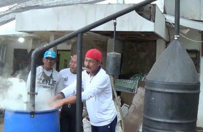 Irsan Surya Imama, saat membuat cairan batok kelapa. (foto:fat)