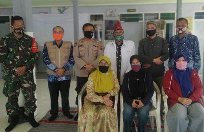 Tim Satgas MWC NU Bungah dan Forkopimka sambut pasien sembuh Covid-19. (foto:dik)