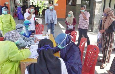Ketua DPRD Gresik saat sidak rapid test gratis di Puskesmas Sidayu. (foto:dik)