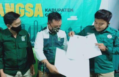 Sekretaris DPC PKB bersama Fraksi PKB saat menunjukkan rekom untuk QA. (foto:dik)
