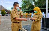 Walikota Pontianak menyerahkan salinan putusan pengangkatan 250 ASN dilingkungan Pemkot Pontianak. (foto:istimewa}