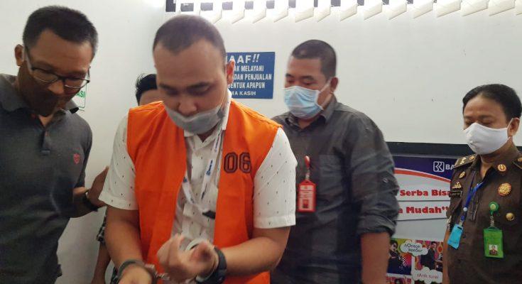 Tim eksekutor kejari Pontianak menangkap Roby Roy Frananda terpidana kasus korupsi kredit usaha rakyat (KUR). (foto:istimewa)
