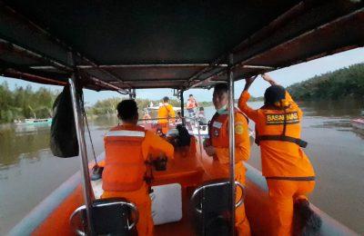 Tim SAR tengah melakukan pencarian terhadap penumpang yang dinyatakan hilang saat terjadi  tabrakan antara spead boat dengan kapal motor di Muara Kubu Kecamatan Kubu Kabupaten Kubu Raya. (foto:ist)
