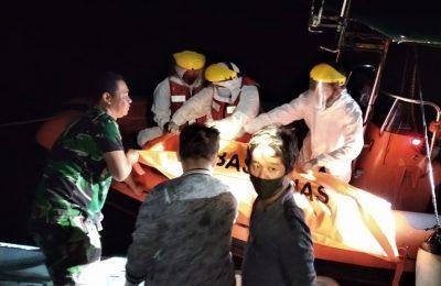 Tim SAR saat mengevakuasi jenazah korban kecelakaan speedboat di Kubu. (foto:ist)
