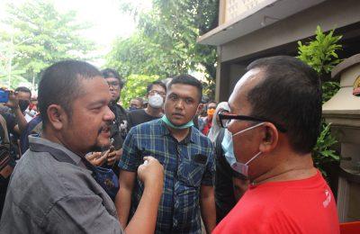 Sujiwo saat menberikanketerangan pers niatnya mundur dari jabatan wakil Bupati Kubu Raya, padahal jabatan itu baru dijalaninya satu tahun empat bulan. (foto:das)