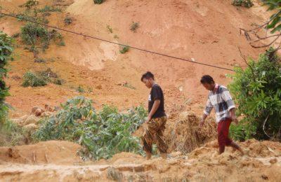 Ttebing tanah di bukit Peniraman  Dusun Peniraman I, Desa Peniraman, Kabupaten Mempawah, Kalimantan Barat, Longsor. (foto:das)