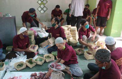Panitia qurban tengah mengumpulkan daging untuk dibagikan kepada warga yang berhak. (foto:das)