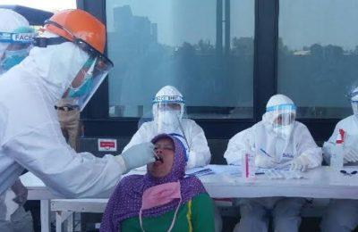 Petugas saat melakukan swab terhadap 130 karyawan PT PMMP Situbondo. (foto.fat)